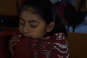 niña orando